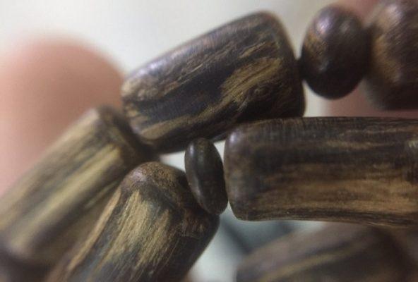 Vòng Tay Trầm Hương Chìm Nước - Mã VT.12là loại vòng tay được làm từ Trầm hương chìm nước cao cấp.