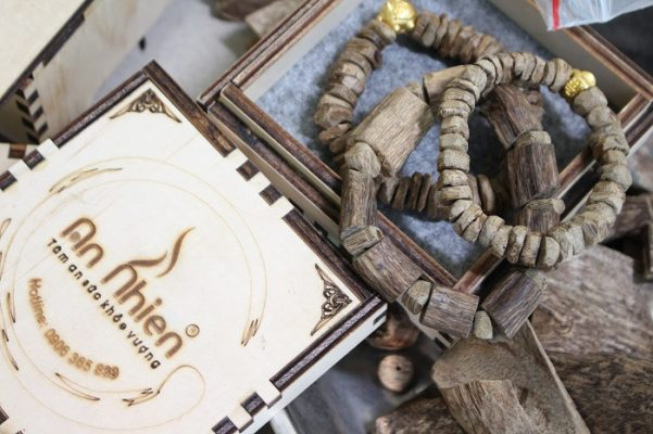 Người Việt xưa mang trầm để xua tan điềm rủi, nay trầm được dùng như vật phẩm mang may mắn. Vậy Mua Vòng Trầm Hương Ở Đâu Uy Tín?